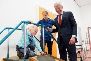 Minister Plasterk - fysiotherapeut Ilse Oosterom en patient Feitse Boonstra - Revalidatie Friesland website